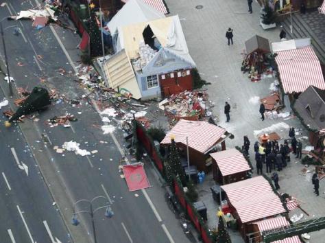 Attentato a Berlino, camion sulla folla al mercato di Natale: Morti