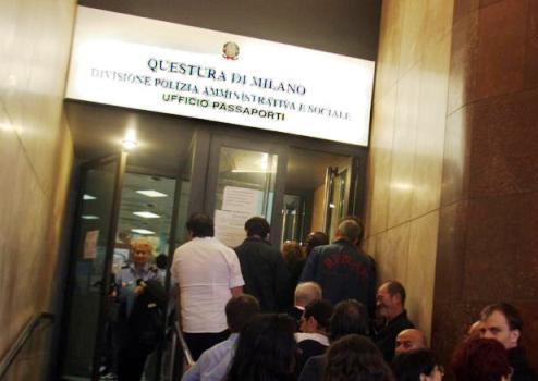 Permessi di soggiorno in cambio di soldi: sei poliziotti arrestati a Milano