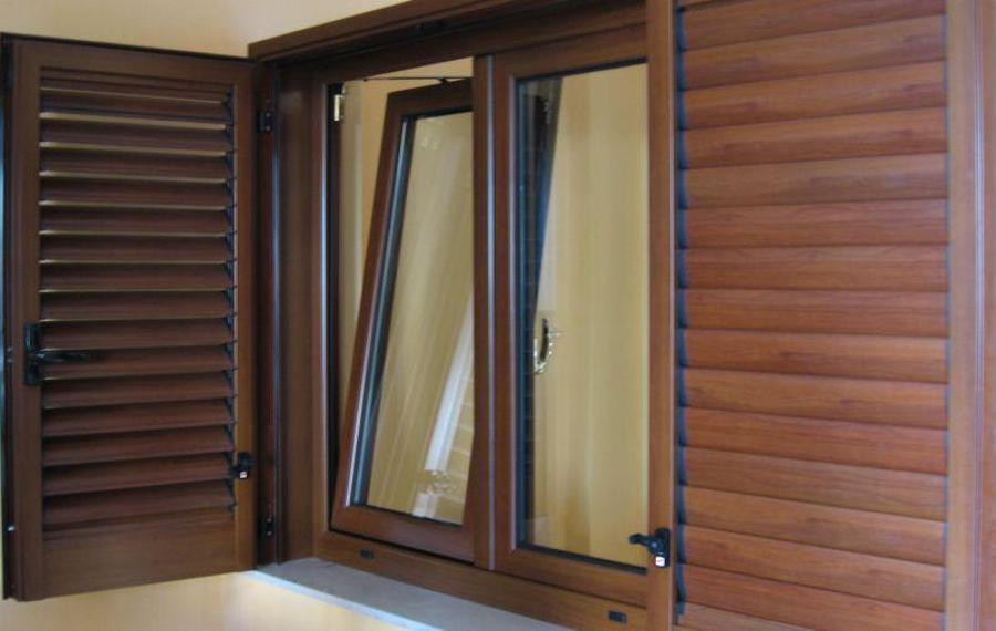Meglio finestre in legno o in alluminio ecco alcuni utili for Infissi color legno