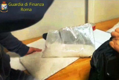 ROMA: Finto prete arrestato a Fiumicino, nascondeva 3 kg di eroina