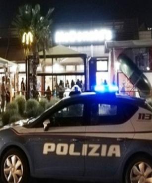 Giovane ferito dopo lite con un migrante entra al McDonald's e chiede aiuto.